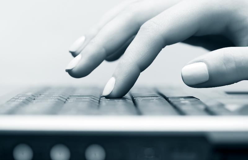 Kvinnlig hånd taster på datamaskintastatur.jpg