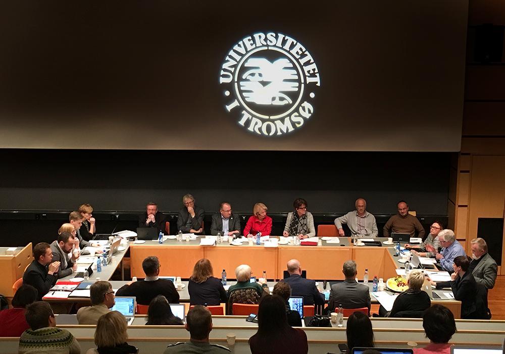 Medlemmene i UiT-styret samlet rundt bord.