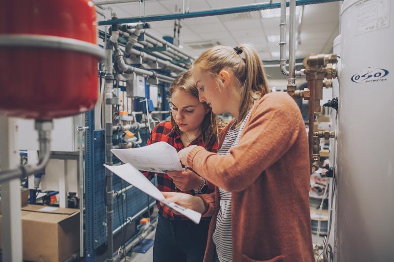 Prosesstudenter arbeider med laboratorieoppgaver (Foto: Frida Xiang Nordås Årsandøy)