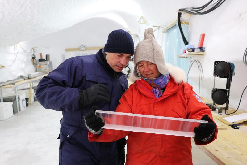 Tommy Ahlers and Dorthe Dahl-Johansen looking at a ice core