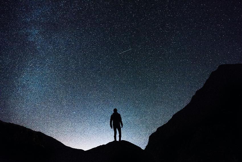 Mann under stjernehimmel