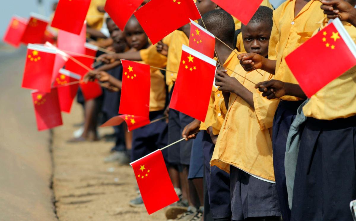 Afrikanske barn holder kinesiske flagg