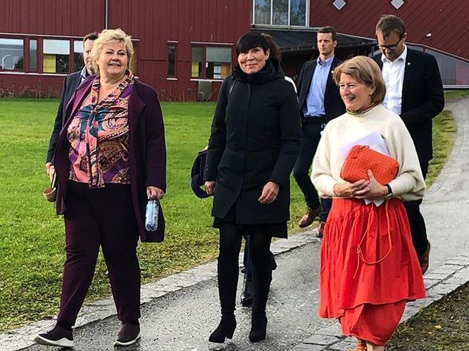 Erna Solberg (t.v.) og Ine Marie Eriksen besøkte UiT og rektor Anne Husebekk for å få innspill til nordområdemeldingen.