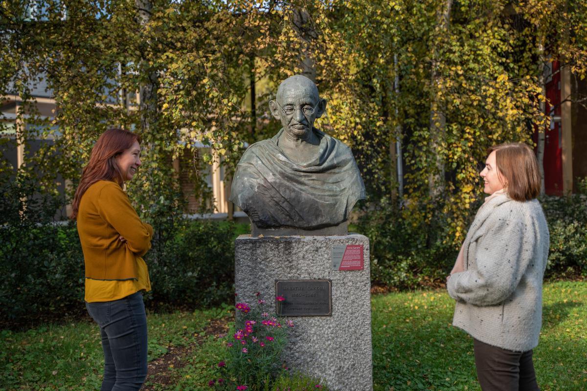 Prorektor Camilla Brekke og Senterleder ved Fredssenteret Marcela Douglas, ved statuen av Gandhi.